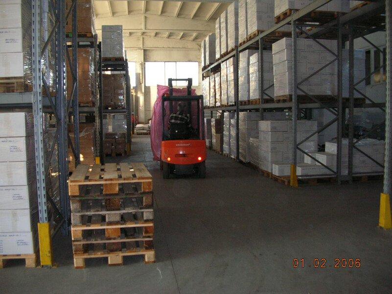 muletto rosso in una fabbrica