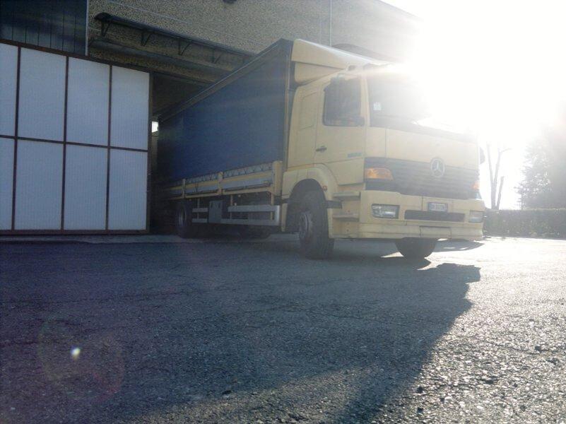 camion in una fabbrica