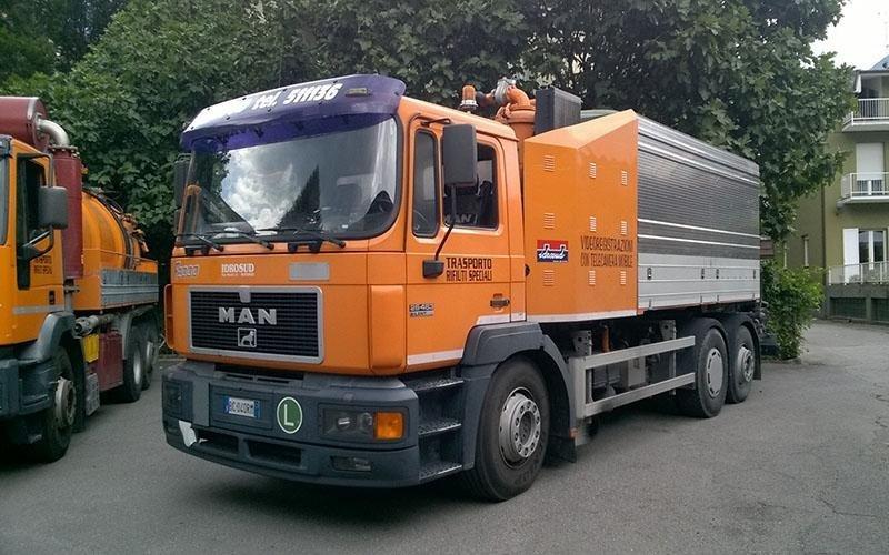 camion trasporti rifiuti speciali