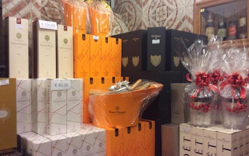 Confezionamento cesti regalo