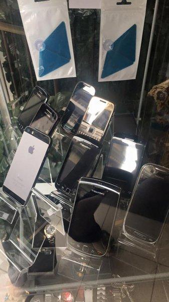 Cellulari usati al negozio A2Rina Pawn Shop a Milano