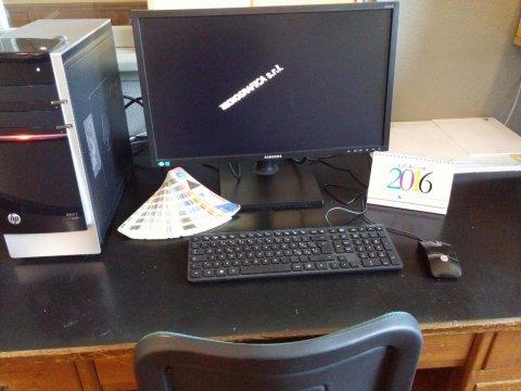 vista di un monitor, un pc e una tastiera