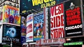 una serie di cartelloni pubblicitari colorati