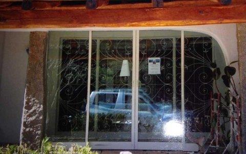 una porta finestra scorrevole in vetro vista dall'esterno