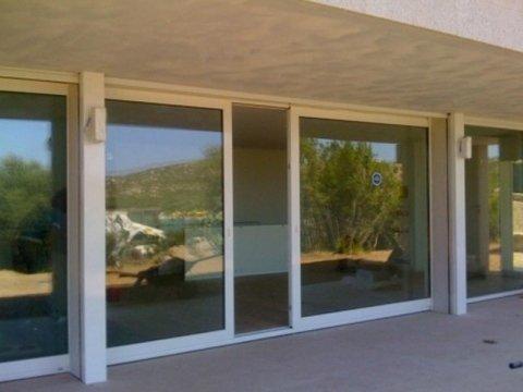 una porta finestra semiaperta vista dall'esterno