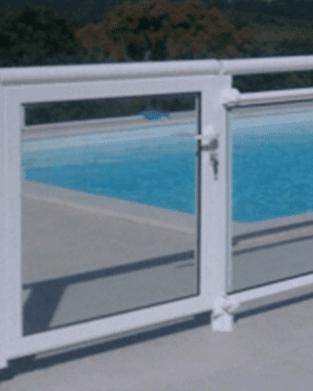 vista di un cancelletto bianco e dietro una piscina