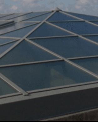 vista ravvicinata dei vetri che compongono un tetto