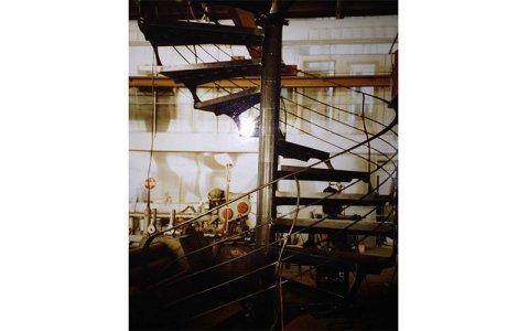vista del corrimano in acciaio di una scala all'esterno e sulla destra un cespuglio