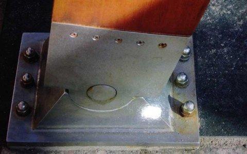 vista della base in acciaio che sorregge una trave in legno