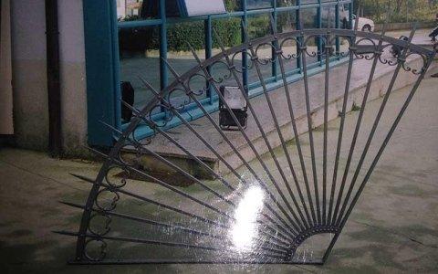 vista di una ringhiera in ferro battuto a forma di goniometro con delle punta