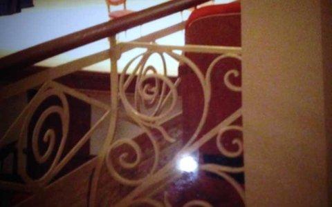 vista ravvicinata delle finiture in ferro di color beige di un terrazzo