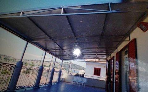vista di una tettoia esterna in ferro di uno stabile