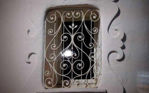 un serramento in ferro battuto di una piccola finestra