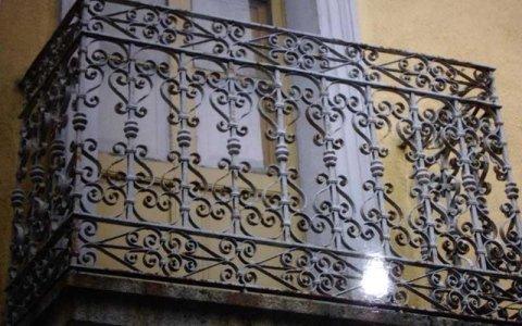 un balcone in ferro battuto