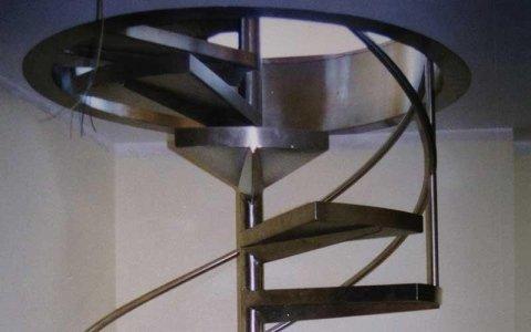 una scala a chiocciola in ferro