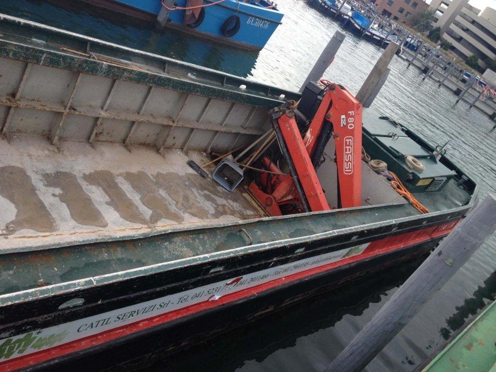 Barca 150 quintali con gru