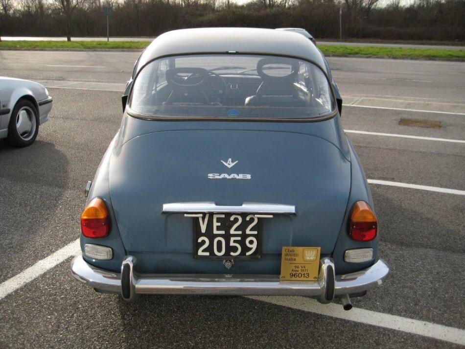 Cofano di un'auto d'epoca Saab