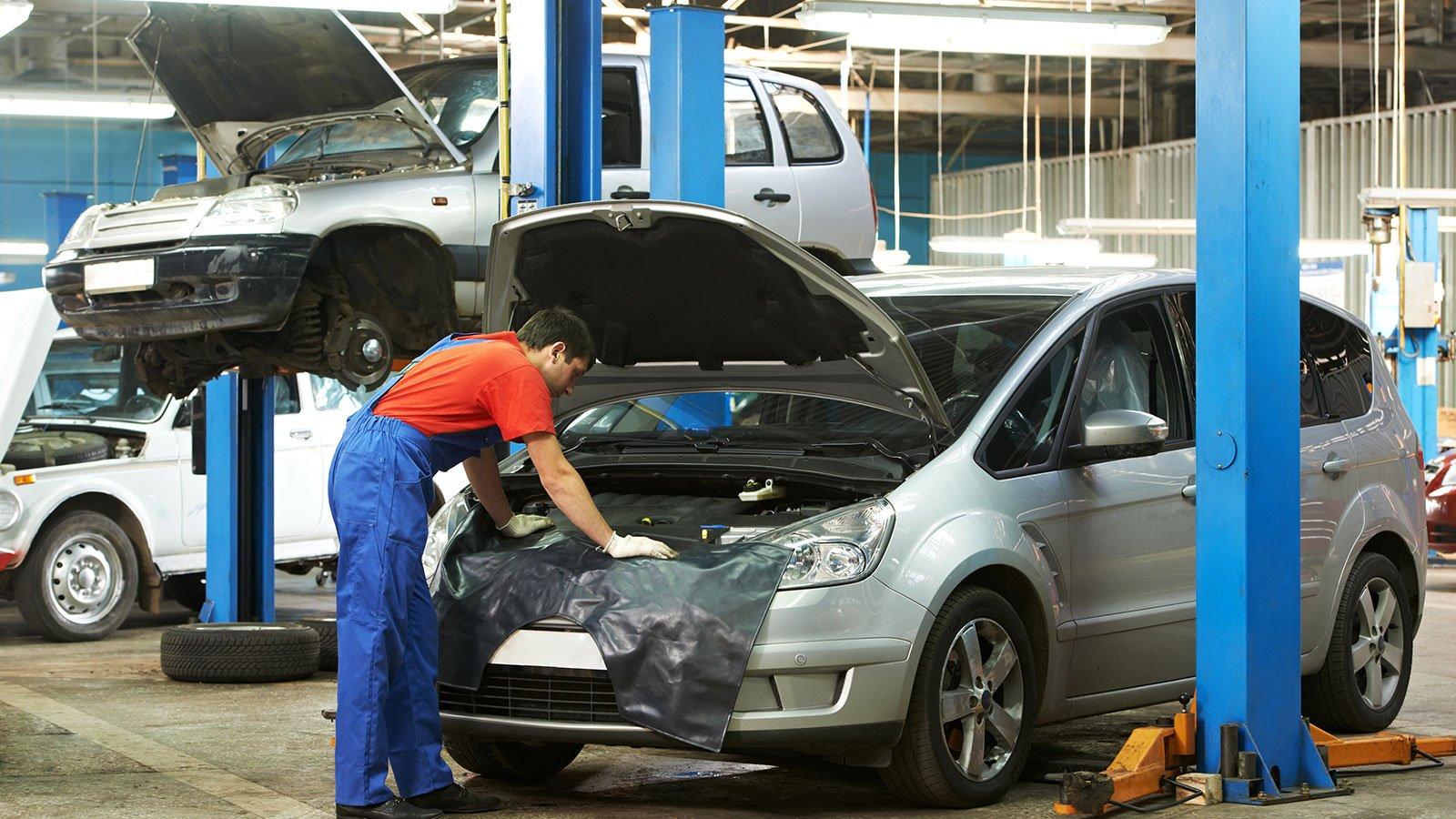 Meccanico analizza un motore auto