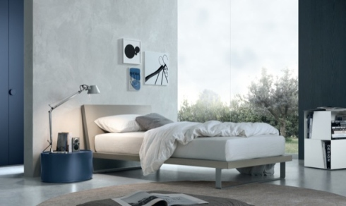 letto singolo, comodino blu, letto singolo begie