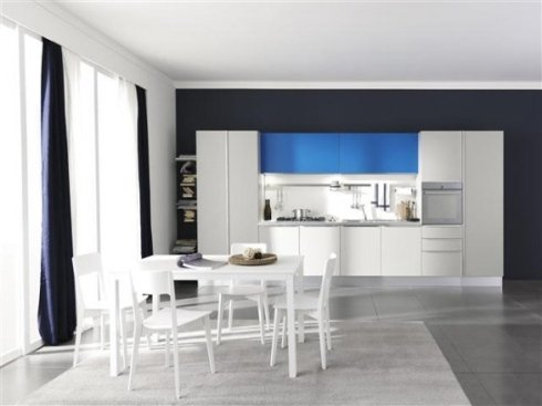 cucina con pensili azzurri, cucina bianca con pensili azzurri, cucina