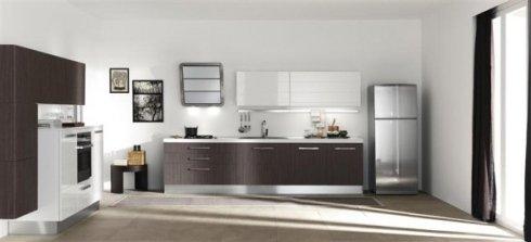 frigorifero free standing, cucina in legno scuro e bianco, montaggio cucine
