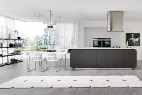 frigorifero cromato, cappa design, cucina con faretti sottopensile