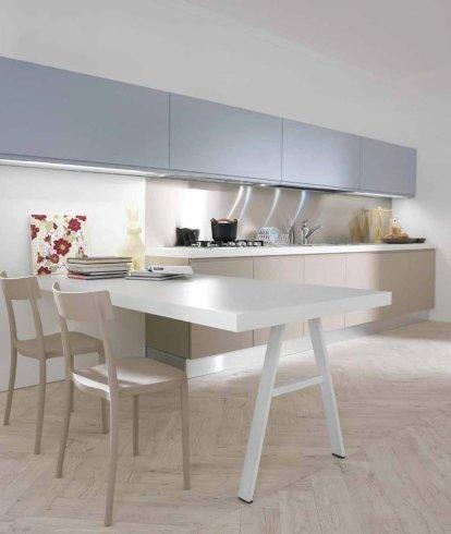 cucina con pensili grigio chiaro, tavolo da pranzo bianco, cucina con faretti