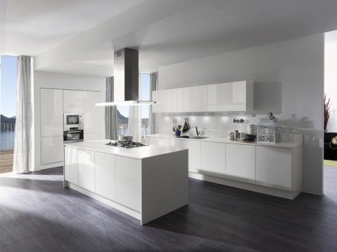 cucina bianca, cucina con cappa a soffitto, cucina ad isola
