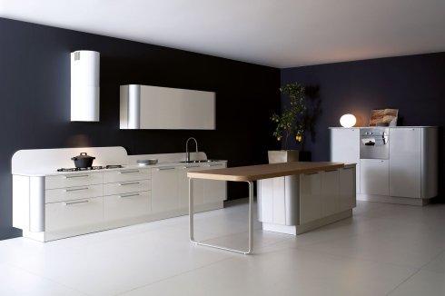cucina con tavolo in legno, cucina con mobili bianchi, cucina