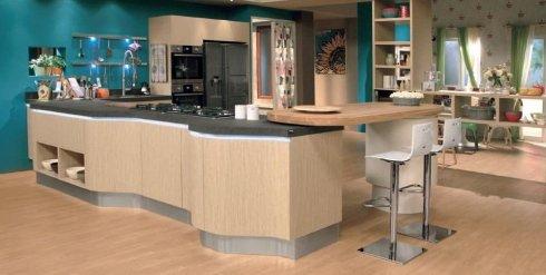 cucina in legno chiaro, piano cucina in ardesia, cucina con angolo bar