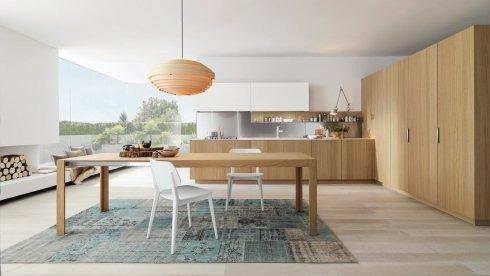 mobili in legno per cucina, tavolo in legno chiaro, cucina con pensili bianchi