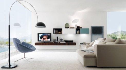 lampada da terra ad arco, divano begie , mensola con cassetti in legno