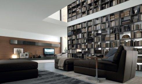 libreria a soffitto, divani in pelle marrone, soluzioni angolo tv