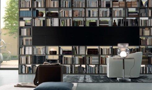 libreria modulare, libreria nera, poltrona bianca in pelle