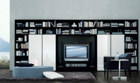 libreria nera a ponte, mobile tv, pouf tondo azzurro