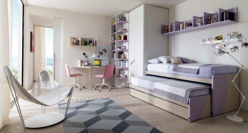 cameretta con mobili bianchi e legno chiaro, letto scorrevole per ospiti, poltrona design