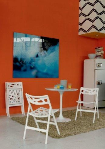 Il punto vendita propone tavolinbi e sedie modello Toby Flick, colore bianca.