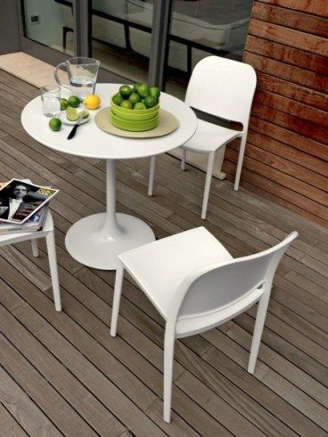 Presso il punto vendita potrete acquistare i tavolini tondi in bianco modello Yuki.