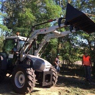 trattore durante potature alberi