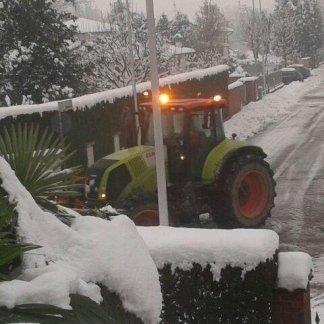 una trattore durante sgombero neve