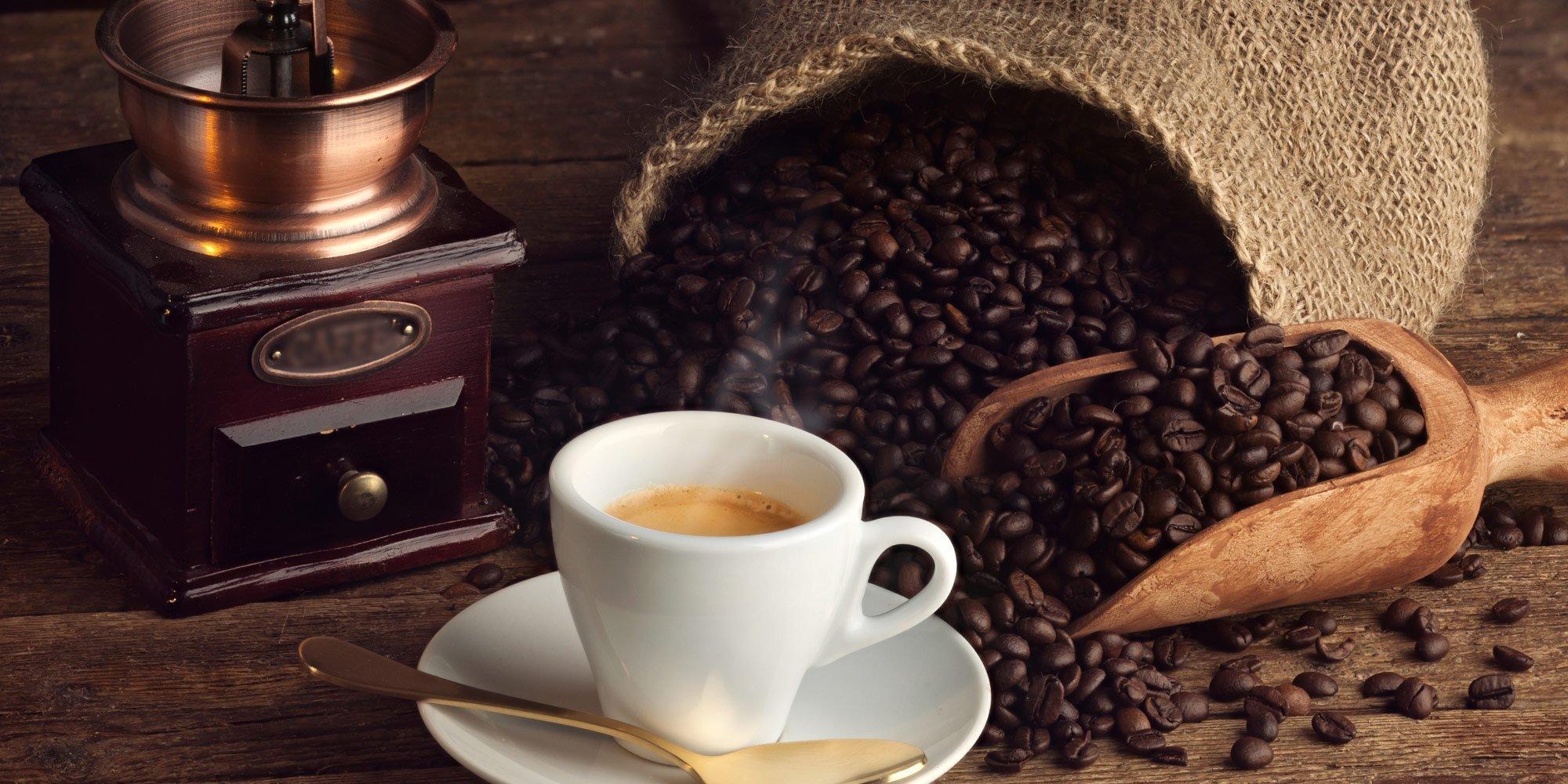 Una tazza di caffè espresso con i chicchi di caffè ad Agrigento