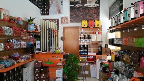 interno negozio caffè nero dell'etna
