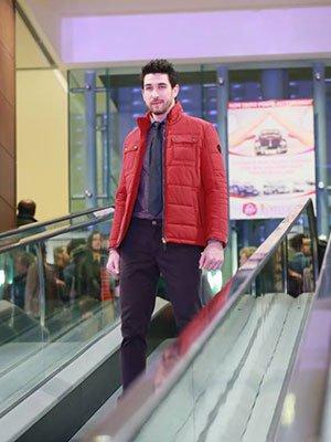 Pantaloni nero, camicia e cravatta grigie  e giacca rossa