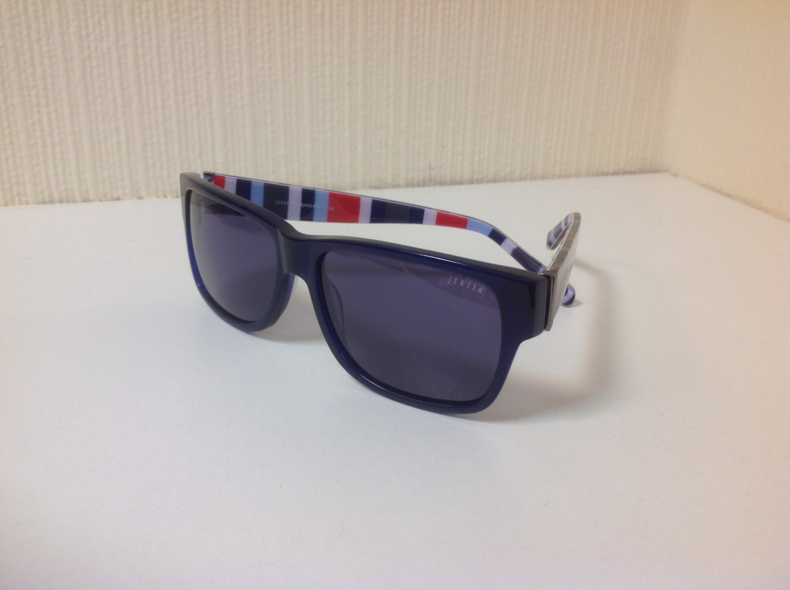 Sunglasses with striped arms