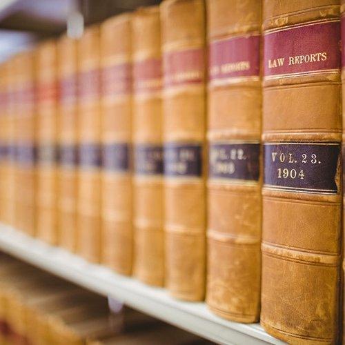 scaffale ricco di manuali di giurisprudenza