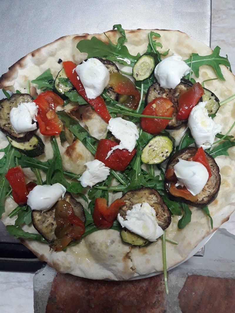 Pizza bianca di rucola e melanzana