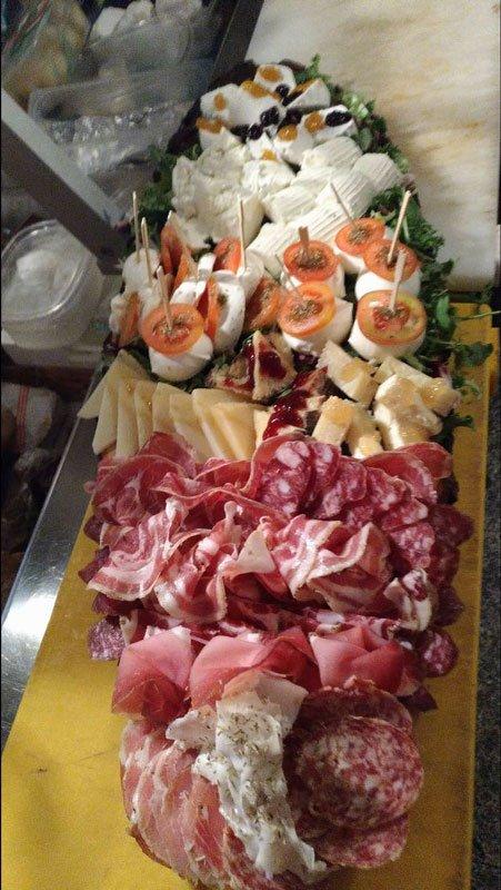 Salsicce, salami e formaggi svariati
