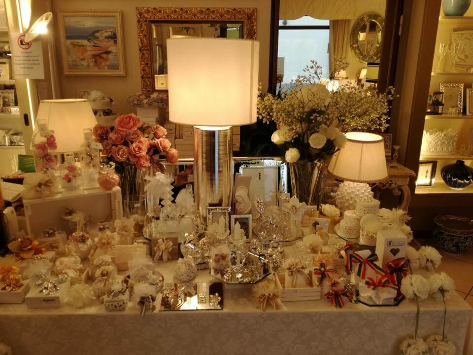 tavolo con oggetti e lampade