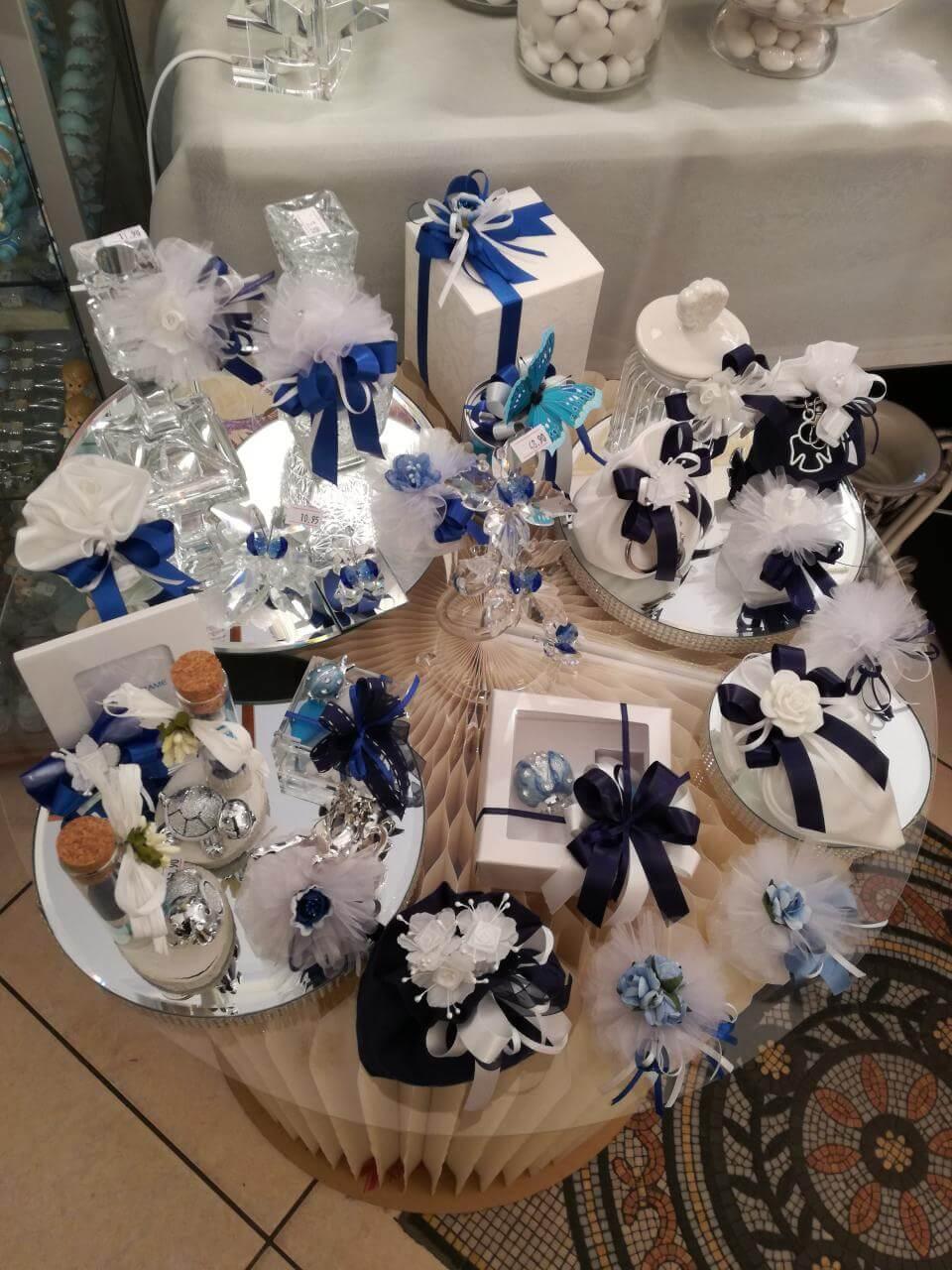 pacchetti con nastri blu su un tavolo