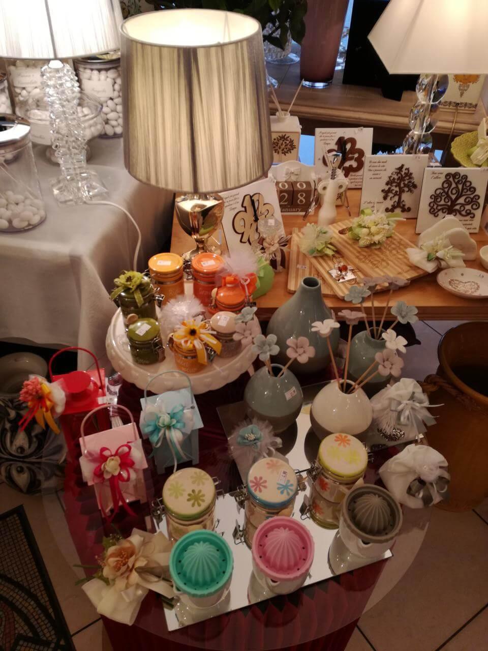 tavolo con barattoli e oggetti